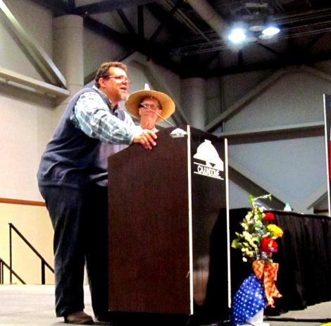 Kirby Jambon présente Warren Perrin au Cajundome dans le cadre de la journée «250 ans : Toujours là et on quittera pas!» (Crédit photo : Marc Chauveau).